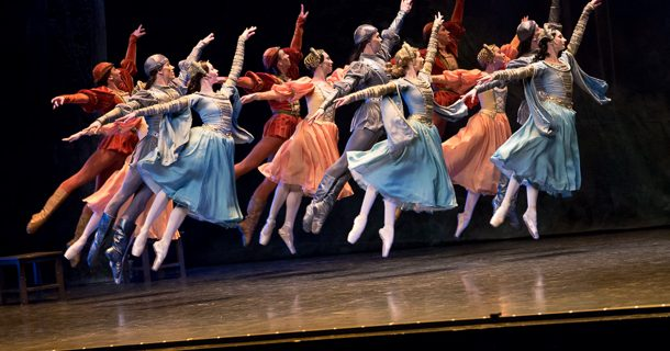 «Le Lac des Cygnes» du Ballet de l'Opéra de Perm par les Grands Ballets Canadiens