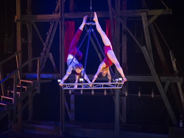 Les acrobaties de «Saloon» du Cirque Éloize à Joliette dès le 11 août 2017