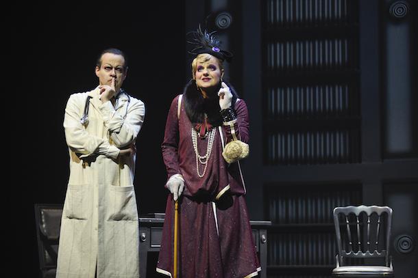 Critique-piece-theatre-Knock-Jules-Romains-TNM-Bible-urbaine-09