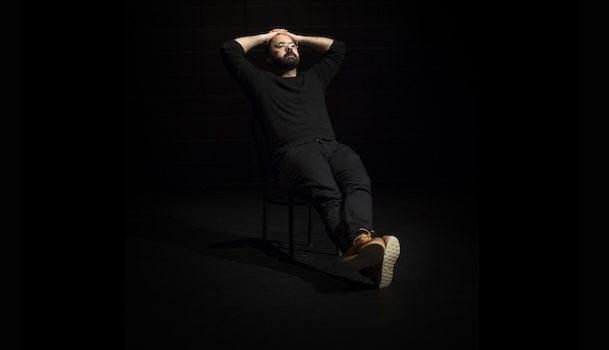 «Dans la peau de…» Mani Soleymanlou, homme de théâtre singulier et engageant