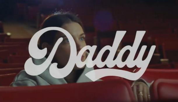 Charlotte Cardin nous amène au cinéma avec Daddy — REGARDEZ