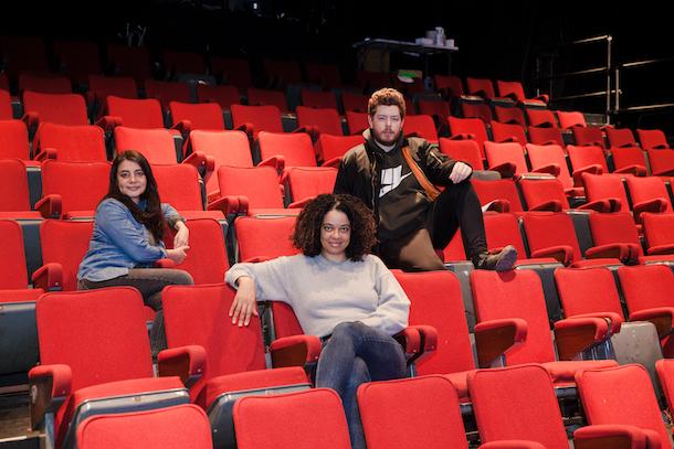 Entrevue-Happy-Hour-Theatre-Aux-Ecuries-Bibl-urbaine