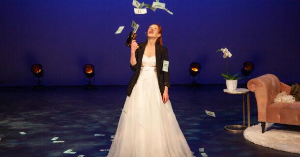 Le one-woman-show «Comment épouser un milliardaire», présenté au Théâtre Aux Écuries
