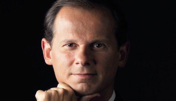 «Dans la peau de…» J.R. dos Santos, de présentateur vedette à auteur de thrillers